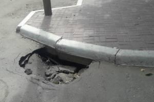 В Астрахани на проезжей части провалился асфальт