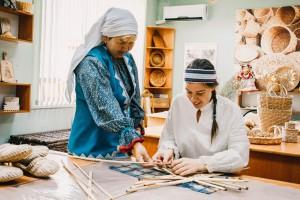 Астраханцев научат плести из талаша